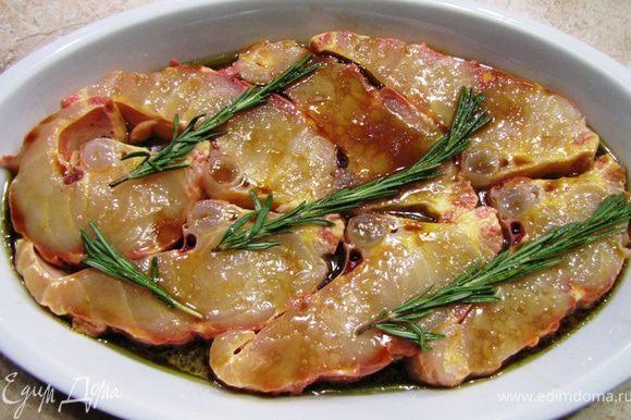 Снимите кожу с рыбы. Разрежьте рыбу на куски толщиной 2-2.5 сантиметров. Проследите, чтобы куски были одной толщины. Посолите и поперчите каждый кусок со всех сторон и сложите в емкость подходящего размера. Положите на каждый кусок рыбы веточку розмарина. Смешайте маринад в отдельной емкости соевый соус, сок лайма, сок лимона и оливковое масло. Хорошенько размешайте маринад и залейте им рыбу. Маринуйте рыбу от получаса до 4 часов. Переверните рыбу несколько раз.