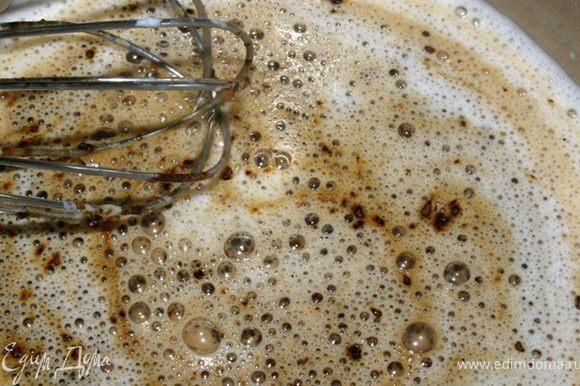 Кастрюльку со смесью поставим на медленный огонь, добавим растворимый кофе