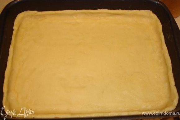 Тесто расказать толщиной 1 см, выложить в форму для выпечки с бортиками. Выложить лимоны, разровнять, разбросать изюм.