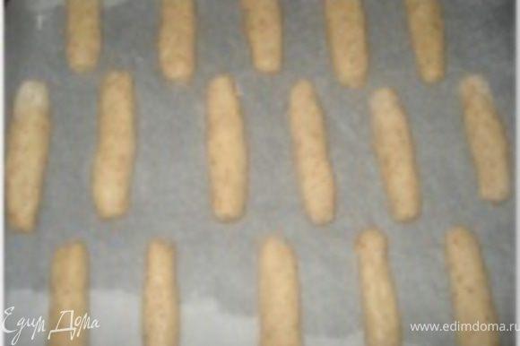 Сформировать «пальчики» и выложить их на противень, выстланный бумагой для выпечки.