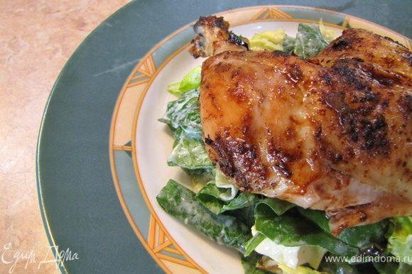 """Убедитесь, что курица прожарилась полностью, проткнув длинным ножом в самом толстом месте бедра. Если сок будет прозрачным - значит блюдо готово. Дайте блюду постоять в теплом месте минут 15, чтобы мясо впитало соки и """"расслабилось""""."""