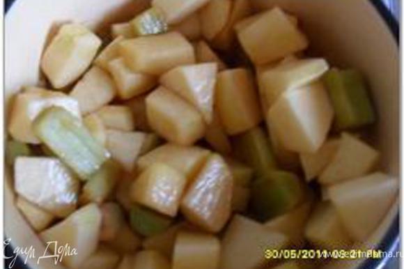 Положить яблоки и ревень, закрыть крышкой и варить на медленном огне 5 минут