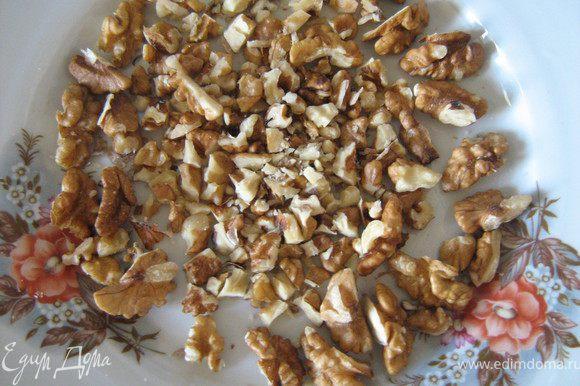 орехи нарезаем (я оставила немного целых для оформнления окружности наверху).