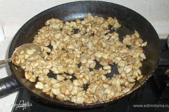 Обжариваем грибы с луком.