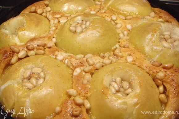 За десять минут до готовности посыпать шарлотку орешками.