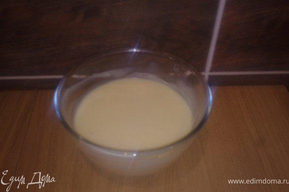 Сгущенку перемешать с маслом. Масло должно быть мягким, но не растопленным.