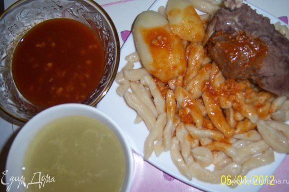 Выложить в тарелку с галушками мясо, картошку и подавать блюдо с бульоном. Галушки лучше макать в соус, так вкуснее. Приятного аппетита!!!