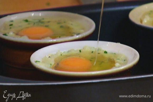 В каждое углубление разбить по яйцу и отправить формочки в разогретую духовку на 12 минут.