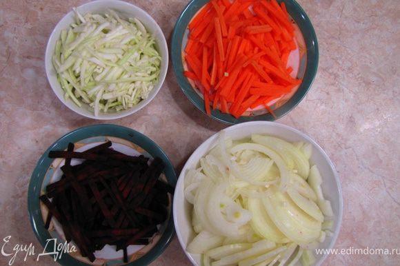 Теперь нарезаем овощи мелкой соломкой. Для этого свеклу и редьку нарежьте на диски, а затем соломкой, морковь на куски длиной 3-5 сантиметров, затем вдоль на полосы, затем полосы – опять же соломкой. Лук просто порежьте полукольцами. Болгарский перец порежьте соломкой. Чеснок – мелко порубите.