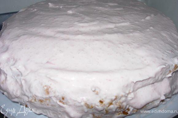 Накрываем вторым пластом и распределяем сверху оставшийся крем. Ставим на пару часов в холодильник (а лучше на ночь).