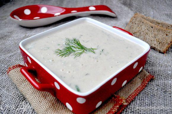 Затем измельчить всё с помощью блендера.Добавить сливочный сыр,сливки,измельчённый зелёный лук и укроп ,приправить по вкусу солью и ещё раз взбить.Готовый суп-пюре вернуть на огонь,довести до кипнения,но не кипятить.Разлить суп по тарелкам,приправить чёрным молотым перцем,лимонным соком,украсить ветчкой зелени.Приятного аппетита!