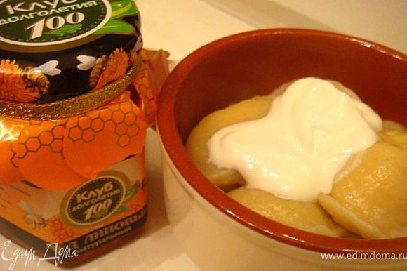 Варить вареники в кипящей подсоленной воде- 5-6 минут,как всплывут. Подавать вареники с творогом можно со сметаной и медом