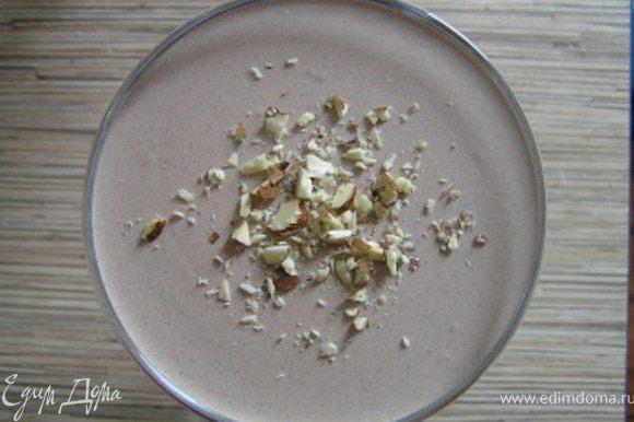 Разлить по креманкам, убрать в холод до застывания. Через 20-25 минут, пока желе еще не совсем застыло, украсить орешками