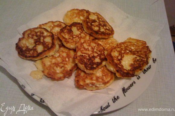 На сковороде разогреваем масло, жарим сырники до золотистого цвета. Выкладываем на салфетку чтобы лишнее масло в нее впиталось.
