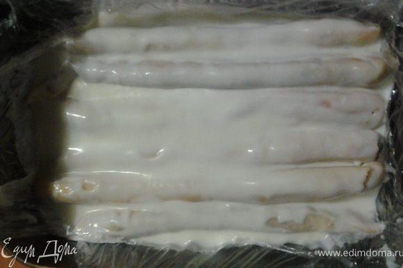 Прямоугольную форму или противень застелить пищевой пленкой. Из трубочек сделать первый корж, залить хорошенько кремом.