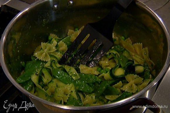 К готовым макаронам добавить горошек, фасоль и цукини, заправить соусом и перемешать.