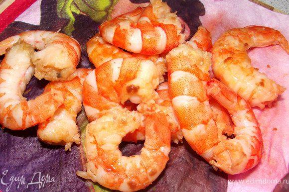 Креветки обжарить на оливковом масле, выложить на салфетку.