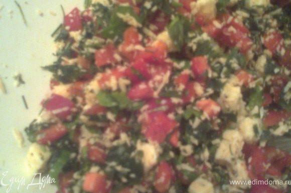 Режем сыр кубиками+зелень(у меня замороженная петрушка)+болгарский перец(3 небольших)