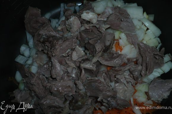 потереть морковку, нарезать мелко лук и уложить овощи в смазанную растительным маслом кастрюльку от мультиварки. Мясо отделить от кости, нарезать кусочками и добавить к овощам