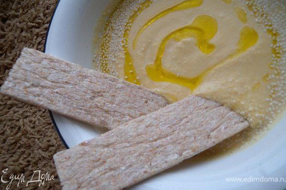 При подаче влить пасту на глубокую миску, по кругу полить оливковым маслом (густо). Посыпать немного целого кунжута. Подавать с хлебцами. Вкуснятина!!!!!!!!!!!!!!