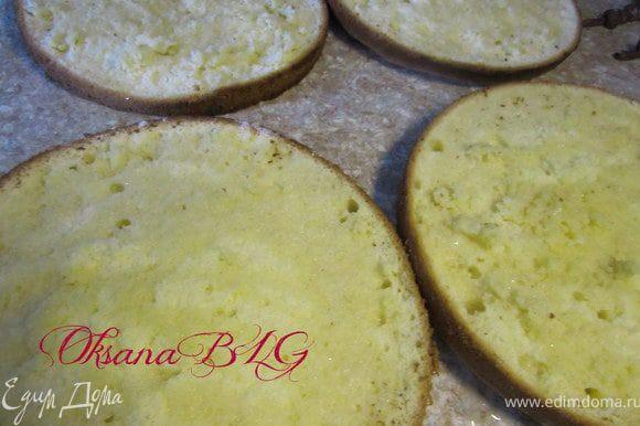 Приготовить бисквит по рецепту http://www.edimdoma.ru/recipes/20733/edit в двух разъемных формах диаметром 20 и 24 см.