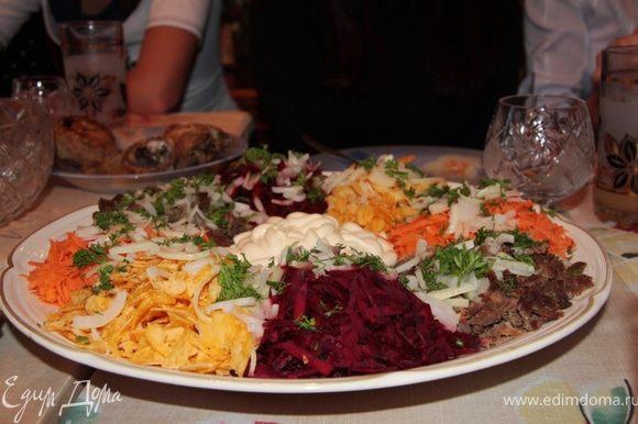Это был удивительный салат. Представьте себе, что и морковь и свекла были сырыми. Я скептически на него смотрел, но именно мне поручили его перемешать. Все делается очень просто. Выкладываете красиво на блюдо, затем блюдо ставите на стол. А когда подходит время - все перемешиваете.