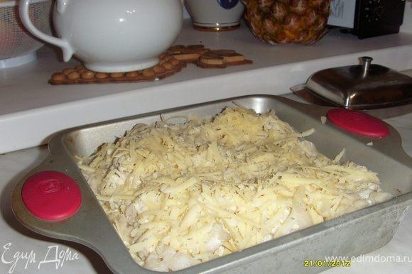 Залить этой смесью капусту и сверху потереть сыр.