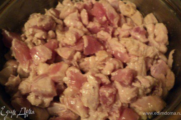 Куриное филе порезать небольшими кусочками и поджарить на сковороде с растительным маслом до появления румяной корочки,