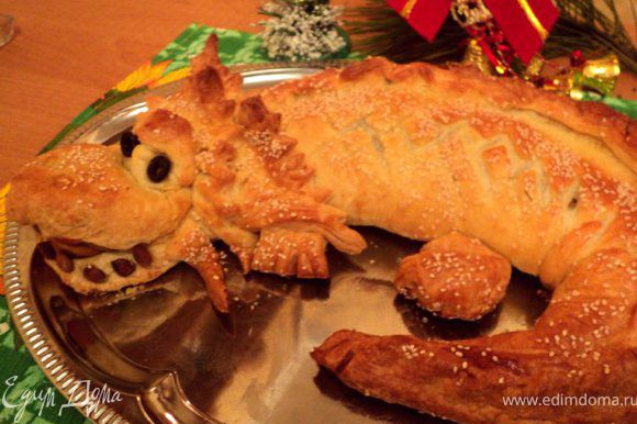 Готовый пирог смазать растопленным сливочным маслом. Приятного аппетита!