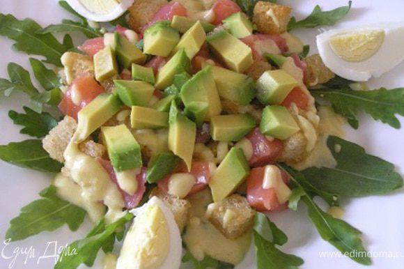 Затем выложить нарезанное кусочками авокадо и четвертинки яиц,