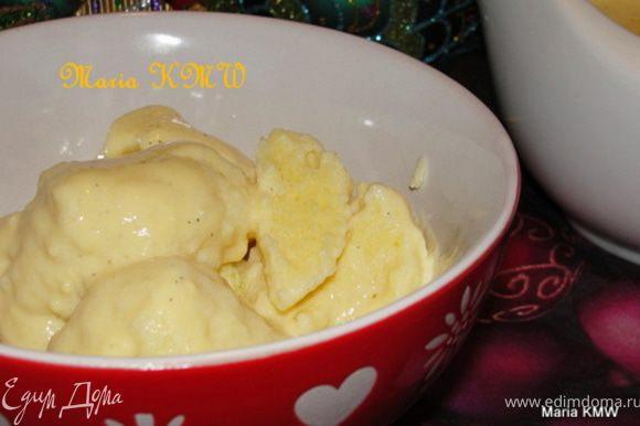В оригинале рецепта нужно растопить сливочное масло на сковороде и добавить к нему клецки, сахар и корицу. Перемешать и подавать.