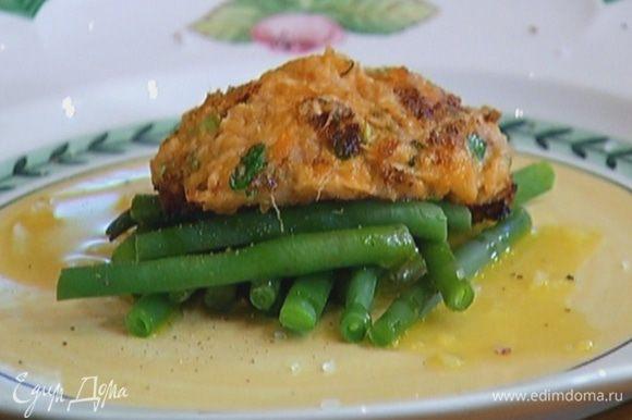 Готовую фасоль выложить на тарелку, сбрызнуть оставшимся оливковым маслом, посолить, поперчить, сверху поместить картофельный биточек.