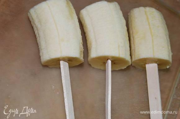 """Каждый кусочек банана """"усадим"""" на палочку для мороженого."""