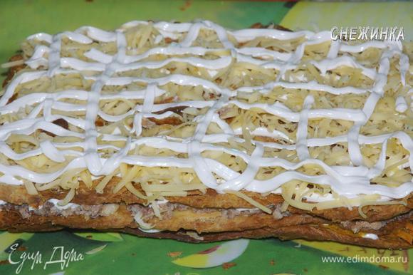 Поверх третьего коржа равномерно распределяем сыр. Смазываем майонезом (или заменяющим его соусом).