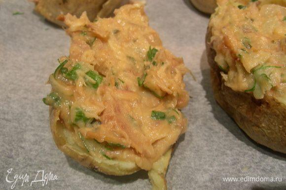 Выкладываем на противень наши скорлупки. Наполняем их начинкой, оставляя немного места для яйца (если добавляете). Сверху аккуратно разбиваем яйцо. Ставим в духовку на 10-15 минут. Я за 5 минут до конца присыпала их сыром.