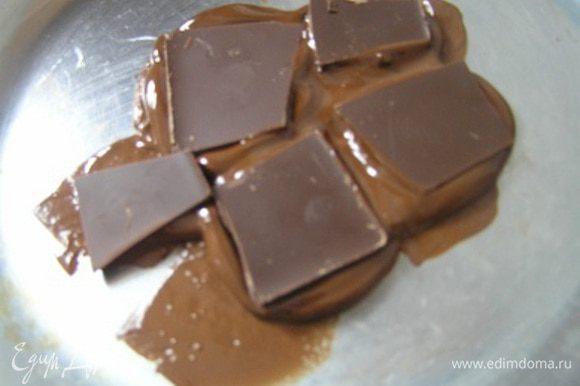 Темный шоколад поломать на кусочки,