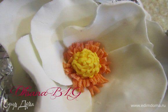 На капельку воды поместить в цент цветка.