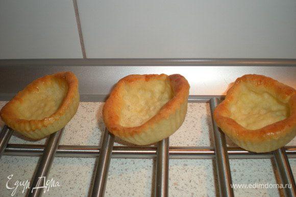 Взять готовые тарталетки,или испечь самостоятельно.У меня осталось тесто от пирожков,из него я и сделала тарталетки.Получились кривенькие,но мне так даже больше понравилось,по домашнему как-то=))
