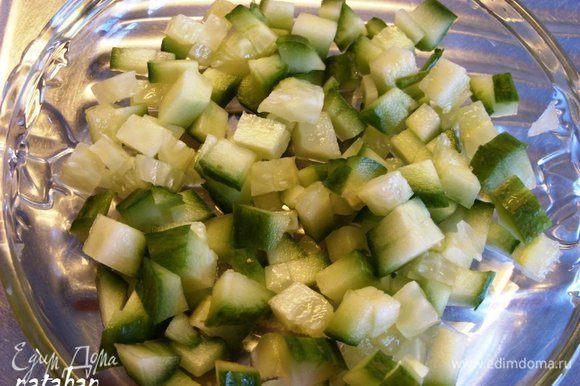 Огурец помыть, обсушить и нарезать кубиками 0.5х0.5 см.