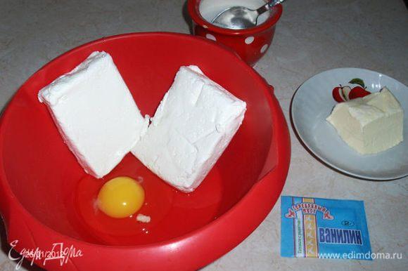 В творог добавляем яйцо, сахар, ванилин, и 50гр слив.масла.