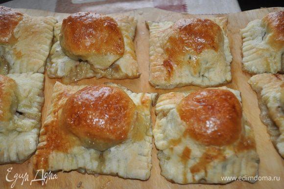 На противень,застланный бумагой для выпечки разложить равиоли,смазать взбитым яйцом и поместить в холодную духовку,сразу включить духовку на 200С. На дно духовки поставить противень с горячей водой. Готовить 30-35 мин.