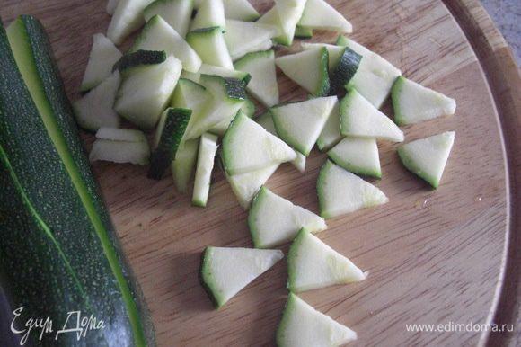 Цукини попадает в суп предпоследним из ингредиентов, (ну, как же его отказаться в помидорном супе), добавляем его 10 мин. перед, тем закончить готовить суп. Цукини должна оставатся хрустящей.