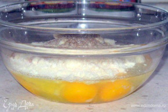 Взбить яйца с манкой, тертым сыром, щепоткой мускатного ореха, солью и перцем.