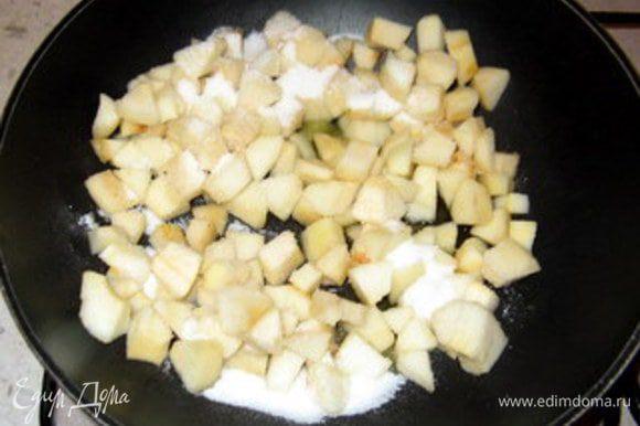 Почистить груши, нарезать на небольшие кубики. В соквороде растопить шарик сливочного масла, добавить груши, посыпать сахаром и карамелизировать на слабом огне около 10 минут, пока груши слегка не подрумянятся.