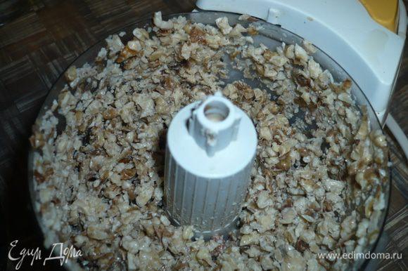Грецкие орехи промываем и заливаем кипятком, чтобы они стали помягче в бисквите. Измельчаем через 10 минут орехи, но не сильно
