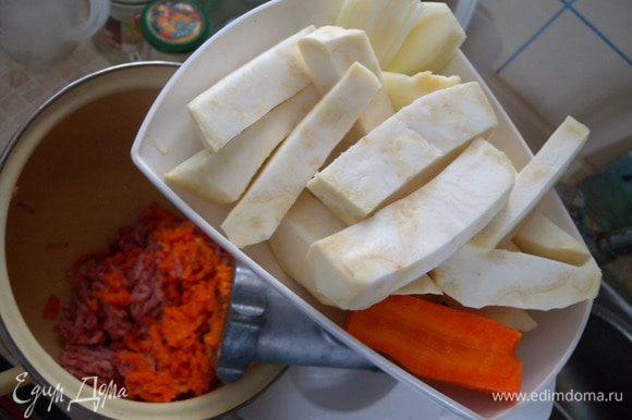 Через мясорубку пропустить сельдерей и морковь тоже 2 раза.