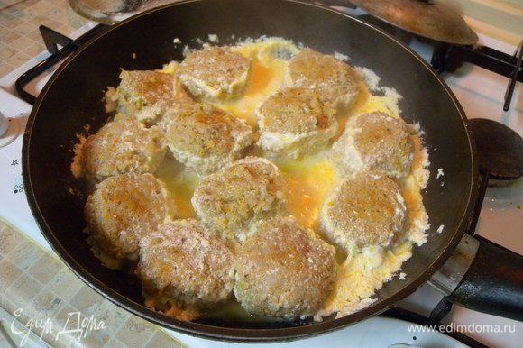 Или в сковородке под крышкой. У меня они не густо (количество) поэтому пришлось в середине готовки переворачивать тефтели. (со сметанным соусом)