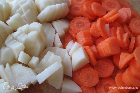 Опустите почищенную порезанную морковь в кастрюлю с кипящей водой, через 3 минуты добавьте туда картошку. Посолите.