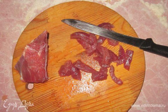 Порежем полосками мясо.