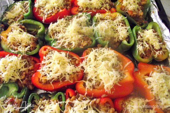 Сверху посыпать крошками и сыром.Запекать в духовке около 15 мин,чтобы перцы стали окончательно мягкими.